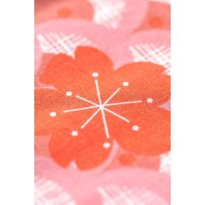 Zoom sur Carpe Koi Rose Corail Madame Mo, offerte aux enfants lors de Kodomo No Hi. Cadeau inspiration Japon